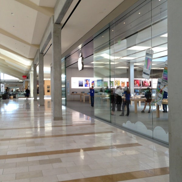 Photo taken at Apple Bellevue Square by Diorella on 4/25/2013