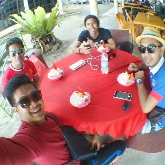 Photo taken at Teluk Bahang Beach by Mohd Safwan O. on 12/24/2014