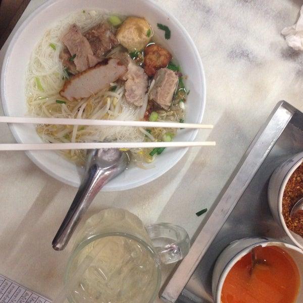 Photo taken at ร้านยกเข่ง (โล่งโต้ง) by Paniike T. on 9/5/2015