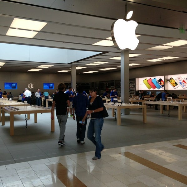 Photo taken at Apple Bellevue Square by Griffe on 6/26/2013