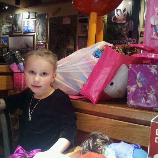 Photo taken at Red Robin Gourmet Burgers by Kristina Y. on 11/8/2011