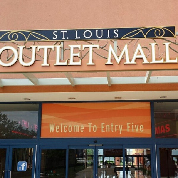 Photo taken at St. Louis Outlet Mall by Kā on 5/20/2013