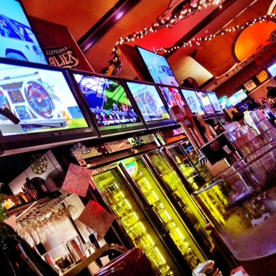 Photo taken at Winking Lizard Tavern by Gregory W. on 12/2/2012