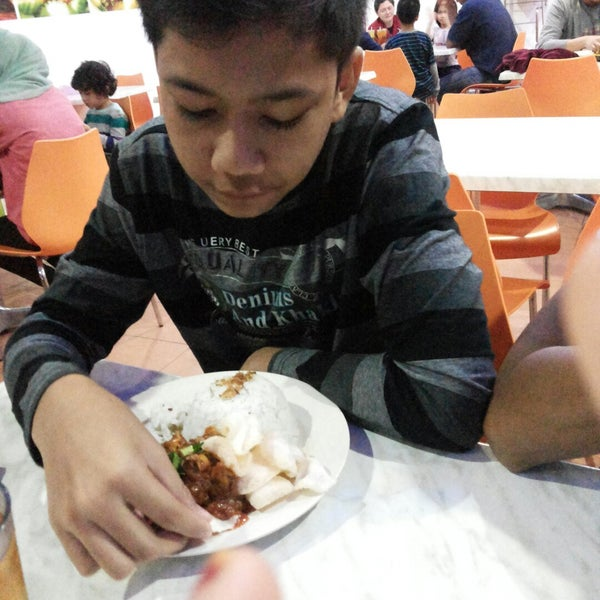 Photo taken at Ayam Penyet Ria by Nurnajwa I. on 11/28/2014