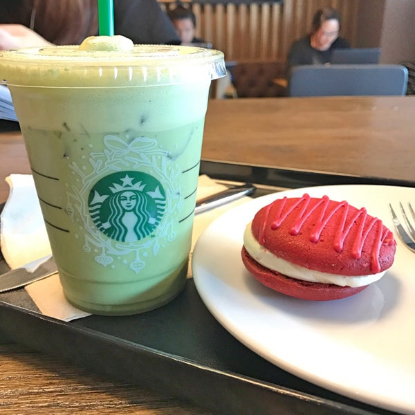 Photo taken at Starbucks by VEAWVEAW B. on 11/17/2016