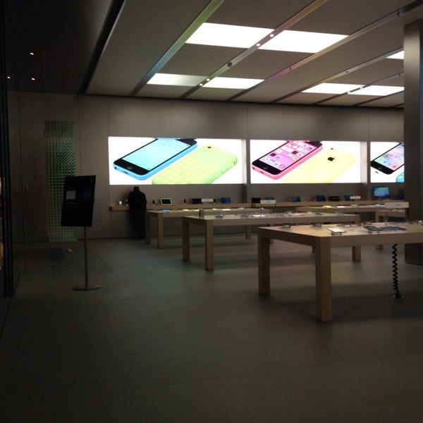Photo taken at Apple Bellevue Square by Bluey on 10/30/2013
