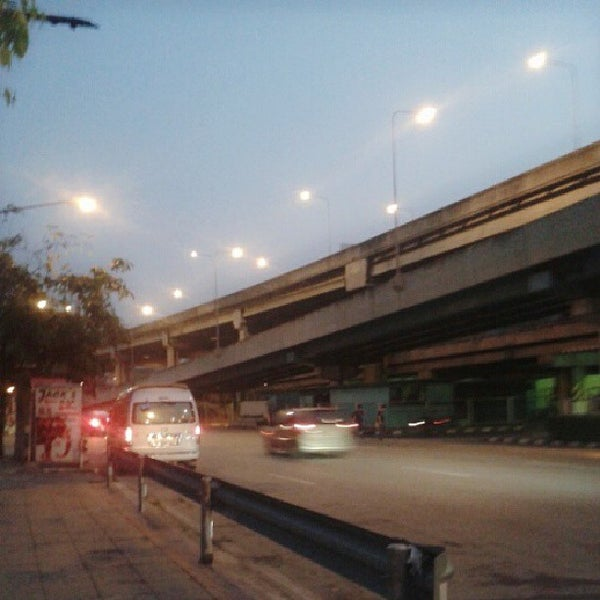 Photo taken at แยกสุทธิสาร (Sutthisan Intersection) by Nattika R. on 10/10/2013