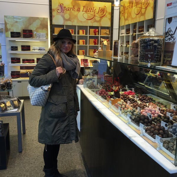 Photo taken at Godiva Chocolatier by Cicilianos on 12/27/2014