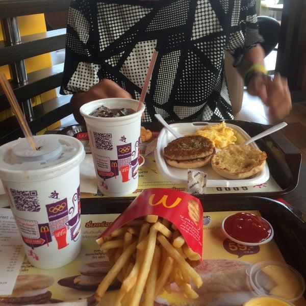 Photo taken at McDonald's (แมคโดนัลด์) by promporn C. on 3/18/2015