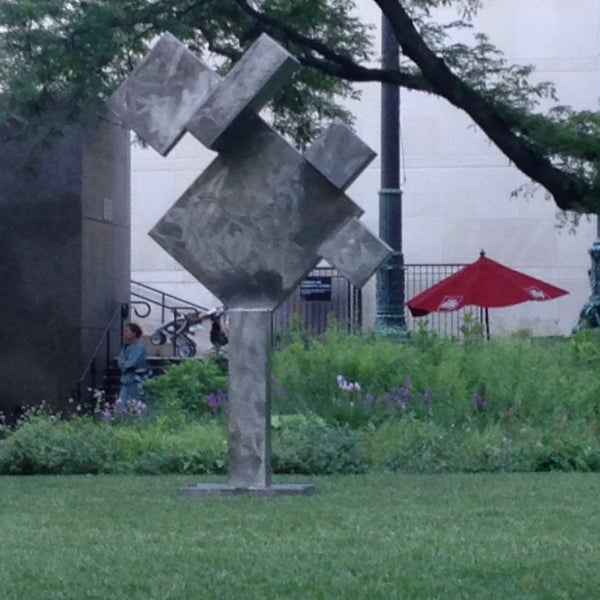 Photo taken at Sculpture Garden - Art Institute of Chicago by Wezz on 6/28/2016