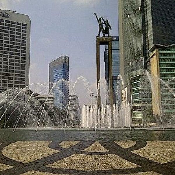 Photo taken at Bundaran Hotel Indonesia (Monumen Selamat Datang) by Ladiis M. on 7/20/2013