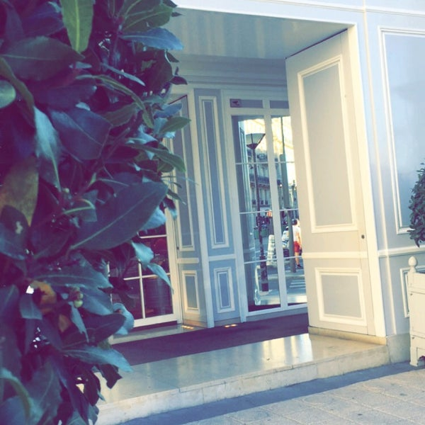 Photo taken at Christian Dior by Noushi🐰💕 on 8/23/2016