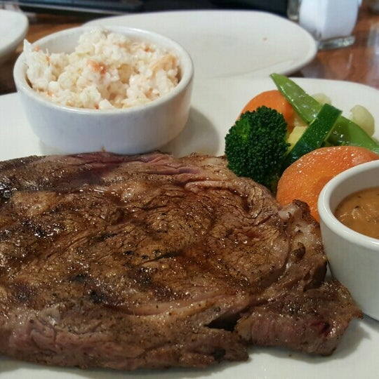 Photo taken at Outback Steakhouse by Jin Kiat T. on 4/10/2016