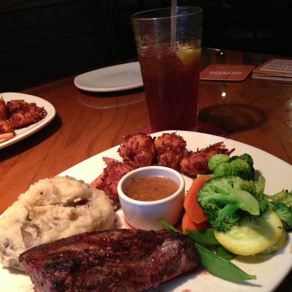 Photo taken at Outback Steakhouse by Gustavo C. on 5/29/2013