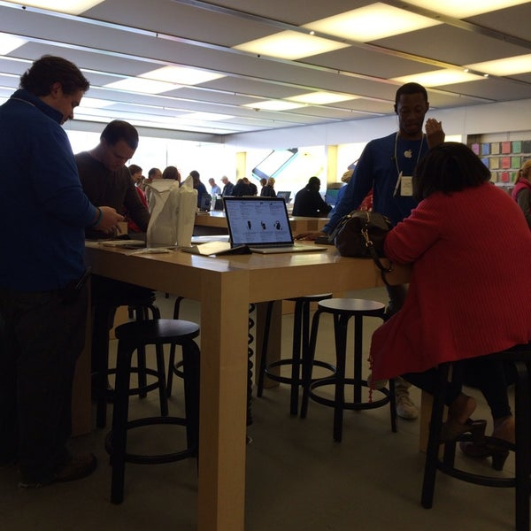 Photo taken at Apple Store by Jimmy C. on 11/9/2013