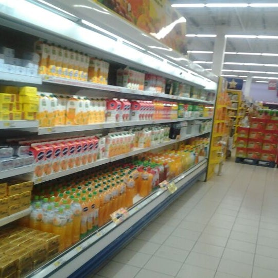 Photo taken at Tesco by Mhanie M. on 4/27/2012