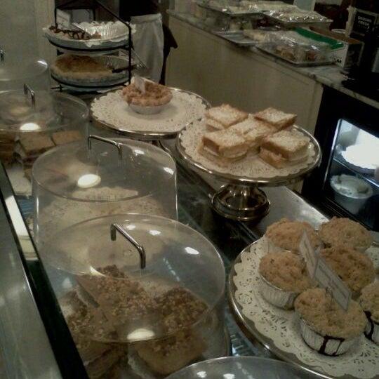 Photo taken at Magnolia Bakery by Vanessa B. on 11/19/2011