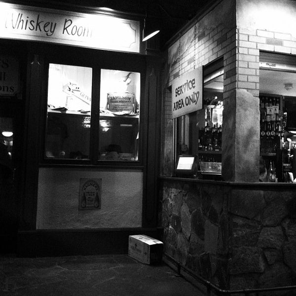 Photo taken at Fadó Irish Pub & Restaurant by Jason H. on 3/4/2012