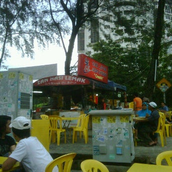 Photo taken at Nasi Lemak Zan by ato s. on 10/22/2011