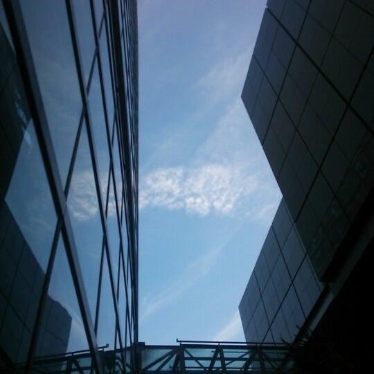 Photo taken at 東京国際フォーラム ガラス棟 by イベリ コ. on 8/30/2012