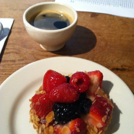 Photo taken at Le Pain Quotidien by Vagner P. on 9/8/2011