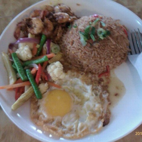 Photo taken at Restoran Anjung Merah by Hisa S. on 10/14/2011