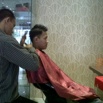 Photo taken at LUXE Salon by Firman S. on 5/19/2012