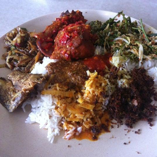 Photo taken at Restoran Sambal Hijau by Firdaus M. on 5/24/2012
