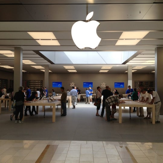 Photo taken at Apple Bellevue Square by Andrew W. on 9/2/2012