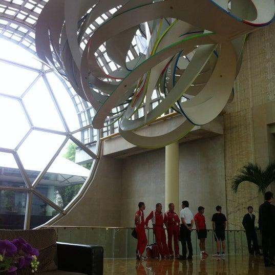 Photo taken at The Ritz-Carlton Millenia Singapore by Ernest K. on 9/23/2011