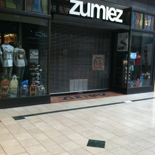 Zumiez is an American clothing store that specializes in clothes ideal for action sports like skateboarding and the like. The brand has stores in North America, in Europe, and in Australia.