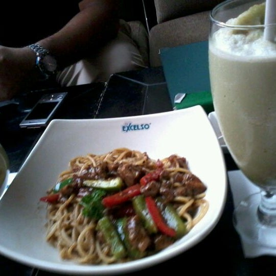 Photo taken at de`EXCELSO by Yofita M. on 6/2/2012