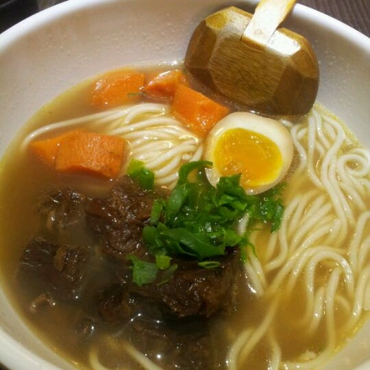 Photo taken at 董家台灣牛肉麵 Dong's Beef Noodles by Harriet C. on 5/22/2012