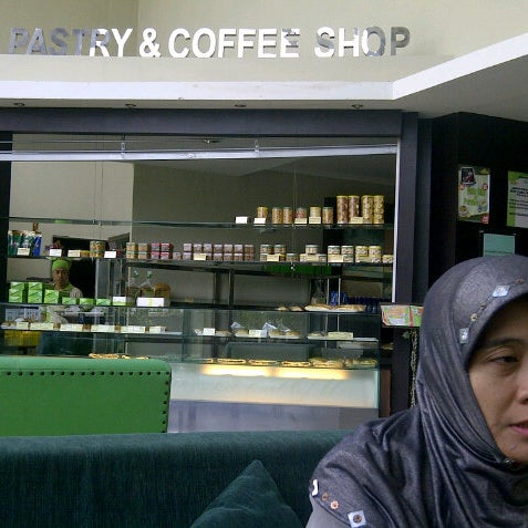 Photo taken at Parsley Bakery & Cake Shop by Fachrur R. on 9/12/2012