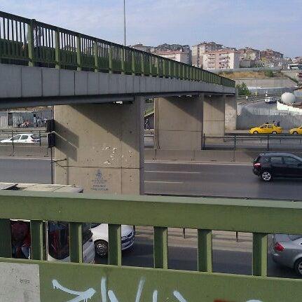Photo taken at E-5 Göztepe Köprüsü by Feyyaz K. on 8/13/2011