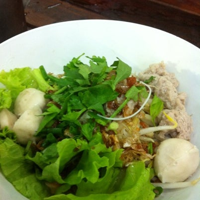 Photo taken at หมูสะเต๊ะแม่กำไร by Chinjyd P. on 9/4/2012