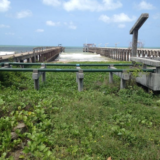 Photo taken at สะพานคู่ @หาดแม่รำพึง ระยอง by E' Nu Sky L. on 5/21/2012
