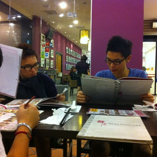 Photo taken at Xian Ding Wei Taiwanese Tea Room by Aaren K. on 8/21/2011