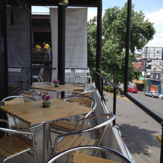 El mejor lugar en un día caluroso es en la terraza, en la última mesa de la derecha...