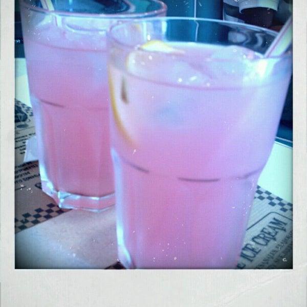 Lo que escojas del menú estará bueno, han tenido la delicadeza de poner recetas auténticas de platos tradicionales, desde su limonada rosa, pasando x sus hamburguesas hasta sus postres son caseros!!