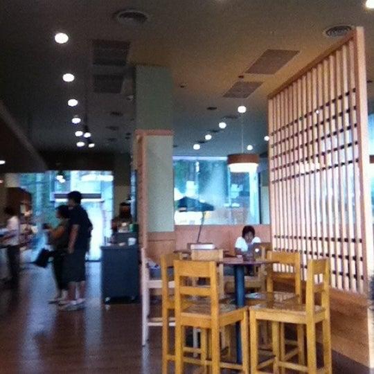 Photo taken at Starbucks by Pornsawad T. on 5/5/2012