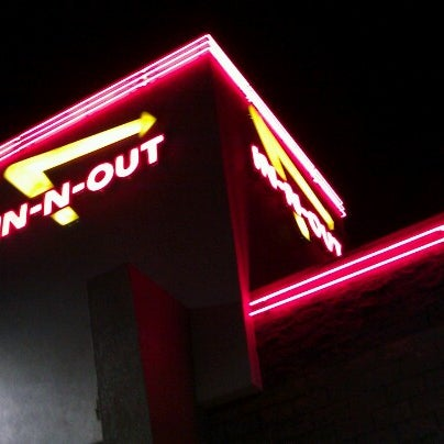 Photo taken at In-N-Out Burger by Nikki22LA on 8/3/2012