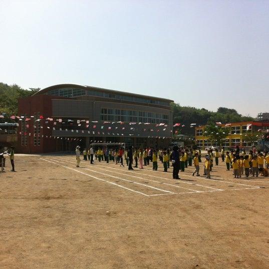 Photo taken at 성황초등학교 by 형원 김. on 5/4/2012