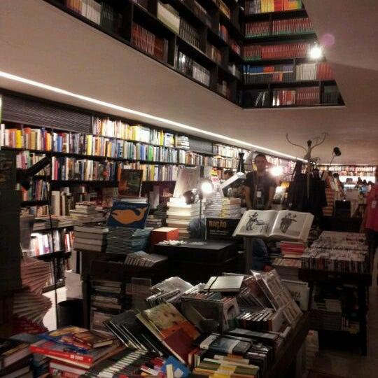 Photo taken at Livraria da Vila by Evelyn C. on 11/29/2011