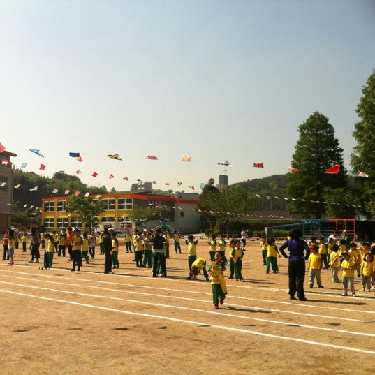 Photo taken at 성황초등학교 by Kyungbae Y. on 5/4/2012