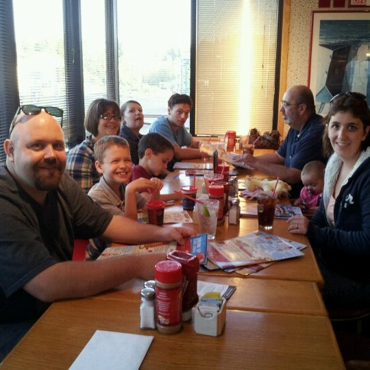 Photo taken at Red Robin Gourmet Burgers by Kim W. on 9/8/2012