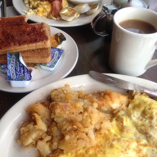 Photo taken at Tune Inn Restaurant & Bar by Abby K. on 5/26/2012