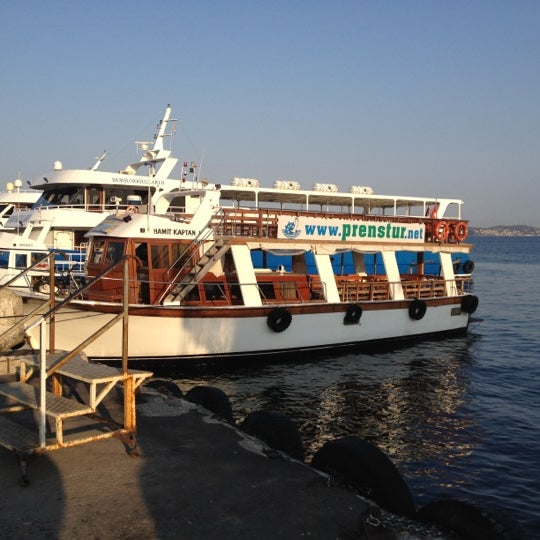 Photo taken at Büyükada Mavi Marmara Motor İskelesi by Arto Sevan O. on 8/10/2012