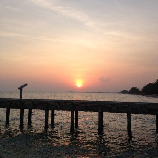 Photo taken at สะพานคู่ @หาดแม่รำพึง ระยอง by UTTU on 4/25/2012