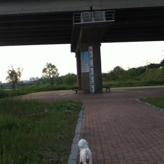 Photo taken at 광평교 by Minnie L. on 5/15/2012